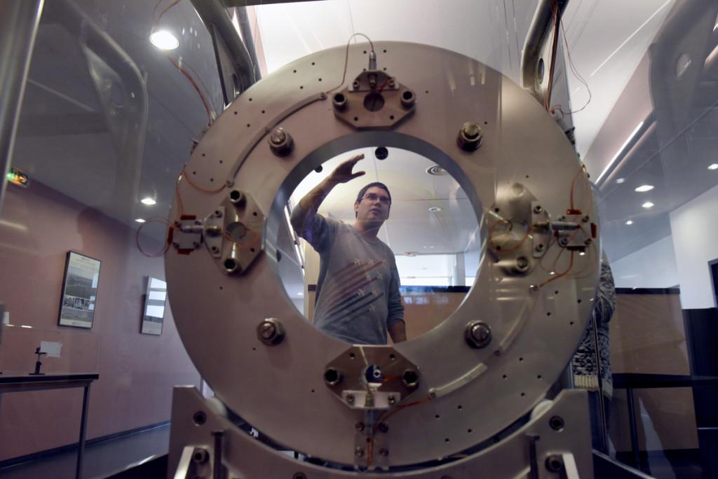Vue arrière d'un miroir de grande dimension traité au LMA et utilisé dans une première version du détecteur d'ondes gravitationnelles Virgo © Eric Le Roux, Université Claude Bernard Lyon 1
