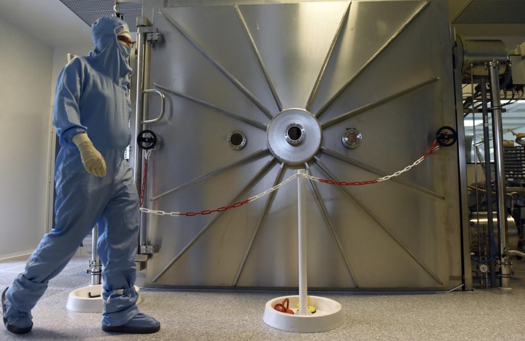 Vue arrière du Grand Coater, le plus grand bâti de dépôt au monde pour la technique de pulvérisation par faisceau d'ions