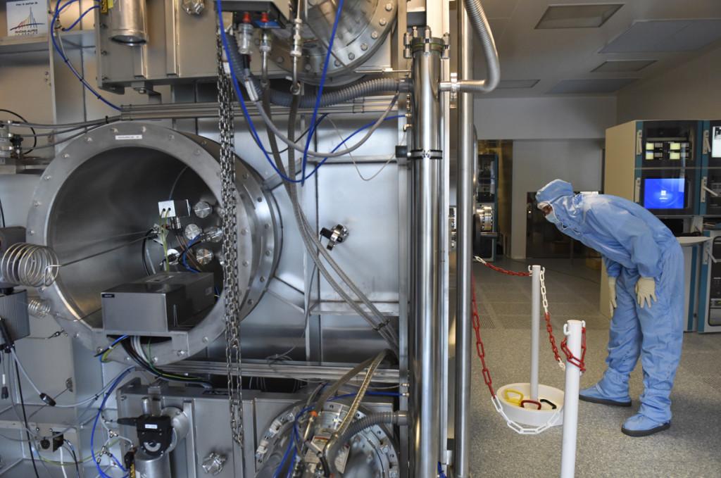 Vue arrière du Grand Coater, inspection visuelle du déroulement d'un dépôt
