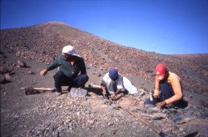 Ben Saïd et ses fils en train d'extraire des fossiles à préservation exceptionnelle, dans un de leurs 'petits trous' (novembre 2009)