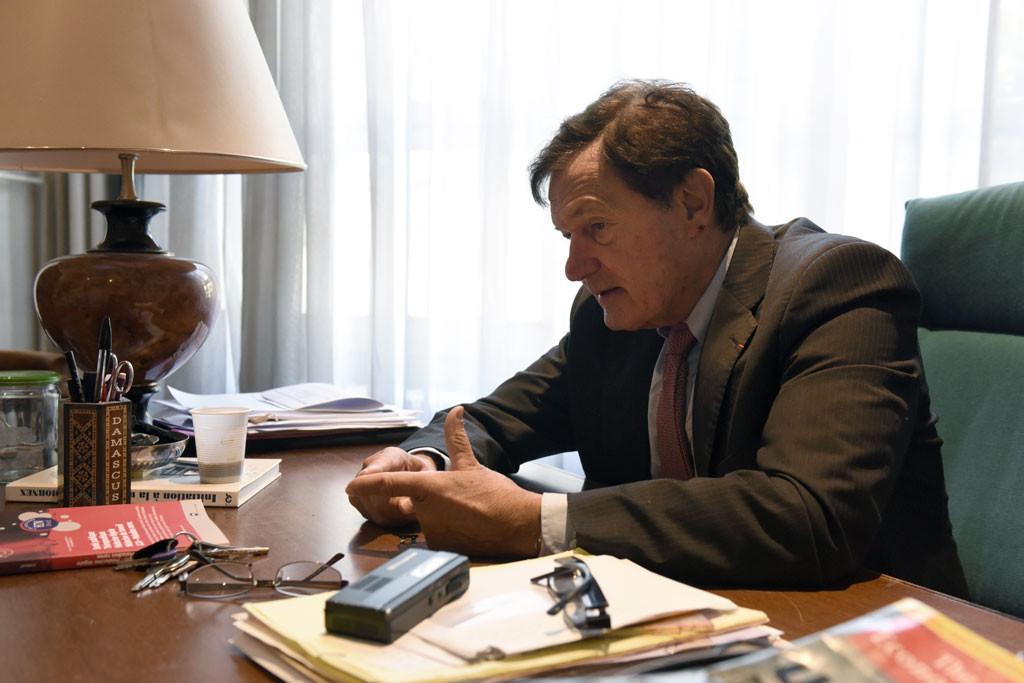 Le professeur Daniel Malicier dans son bureau.