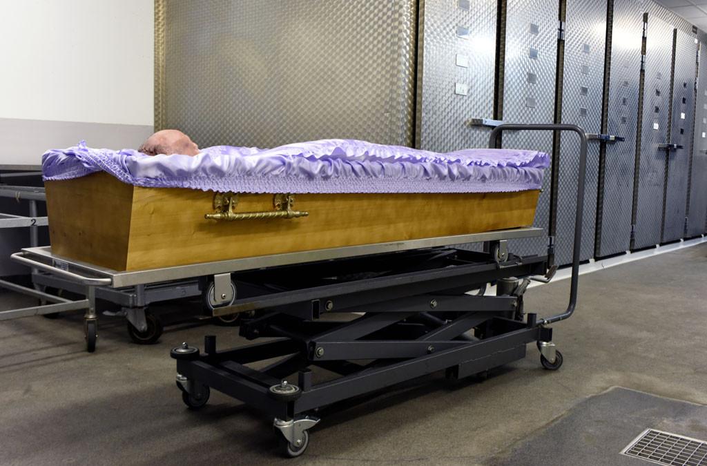 Après leur examen, les corps sont réparés et rendus à leur famille pour leurs obsèques