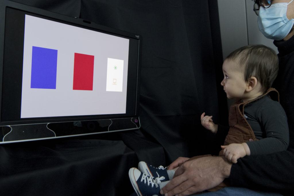 Pendant le test, le/la parent-e ferme les yeux pour ne pas influencer son enfant