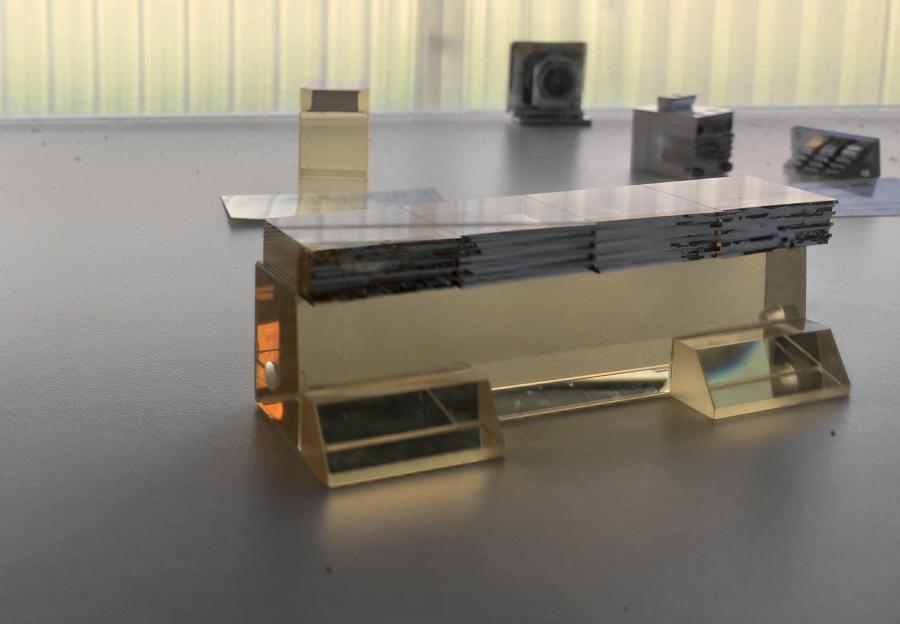 Prototype d'un découpeur d'images, une pièce optique clé du spectrographe intégral de champ